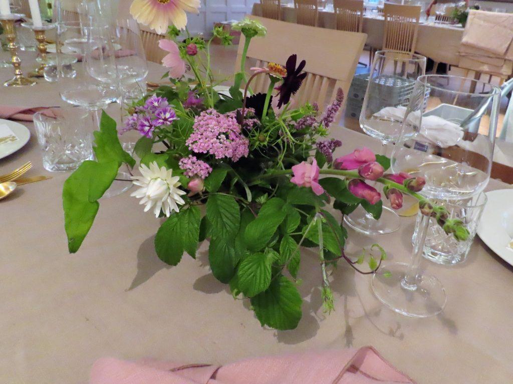Duket til bryllup med de vakreste sommerblomster - en røff blomsteroppsats