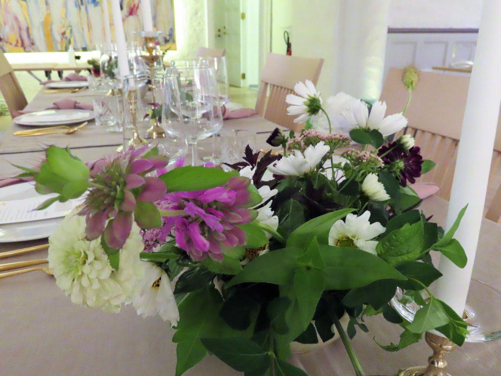 Duket til bryllup med de vakreste sommerblomster - nærbilde