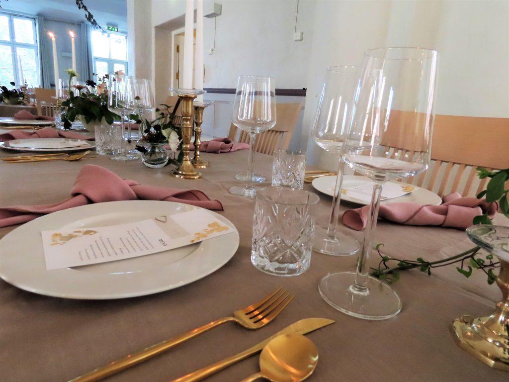 Lin, klart glass og messing til bryllupsbordet